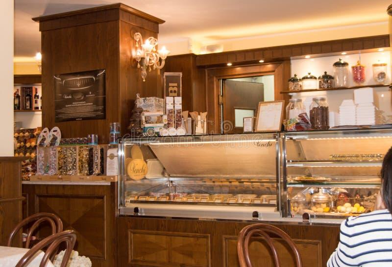 Inre av ett traditionellt italienskt kafé i Cagliari, Sardinia, Italien-Oktober 09, 2018 royaltyfria foton
