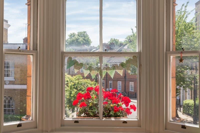 Inre av ett viktorianskt brittiskt hus med gamla trävita fönster royaltyfria foton