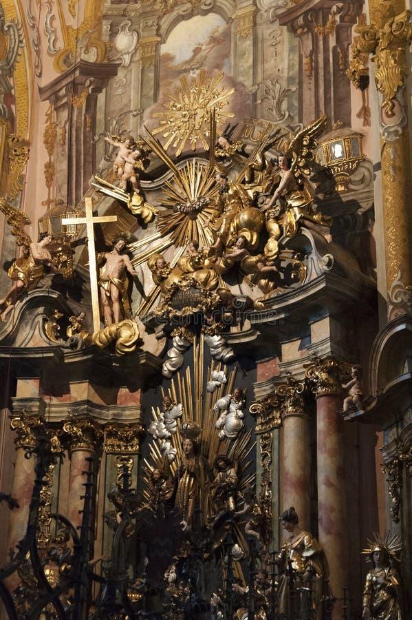 Inre av församlingkyrkan av St Nicholas med dess stuckaturer, förgyllda garneringar och målat trä, Hall i Tyrol Österrike arkivbilder