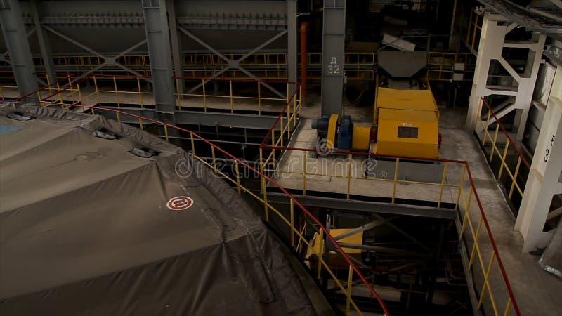 Inre av fabriken eller växten Utrustning, kablar och leda i rör som funnit inom av en industriell kraftverk Fabriksseminarium fotografering för bildbyråer