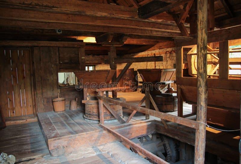 Inre av gammalt mjöl maler - det Suceava bymuseet royaltyfri foto