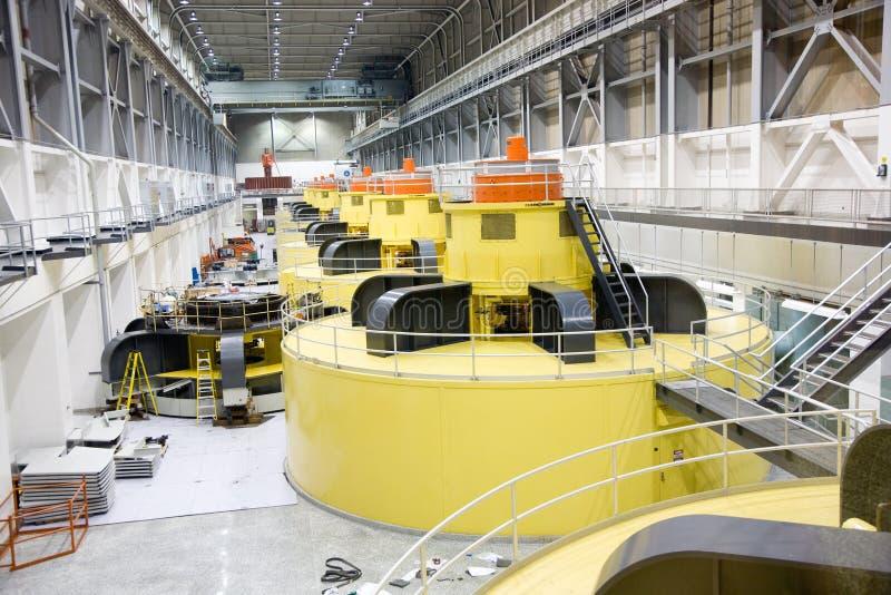 Inre av Glens Canyon Dams kraftverk med generatorer royaltyfri fotografi