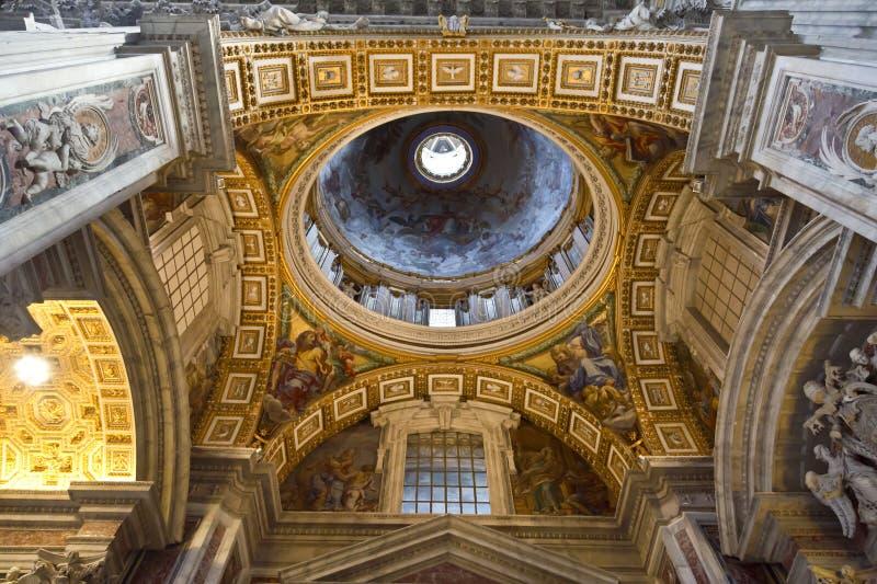 Inre av helgonet Peters Basilica fotografering för bildbyråer
