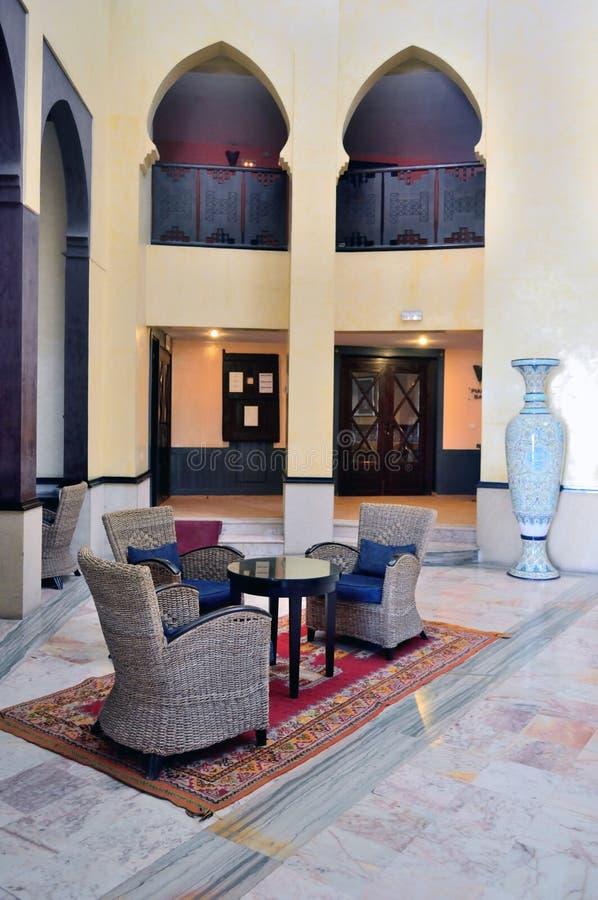 Inre av hotellet i den marockanska stilen royaltyfri fotografi