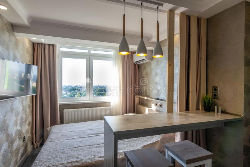 Inre av hotellrummet, sängen och stången arkivfoto