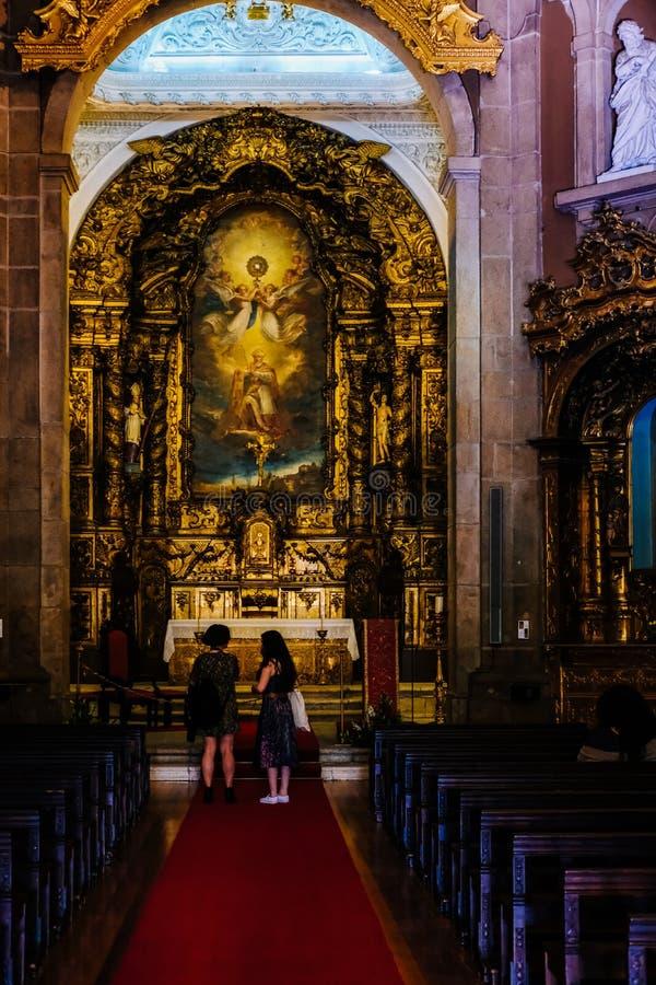 Inre av katolska kyrkan porto Portugal royaltyfria bilder