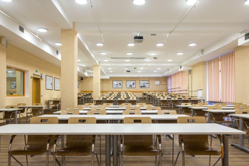 Inre av klassrumet för skola för tomma universitetåhörare det moderna för student under studie, föreläsning och konferens arkivbilder
