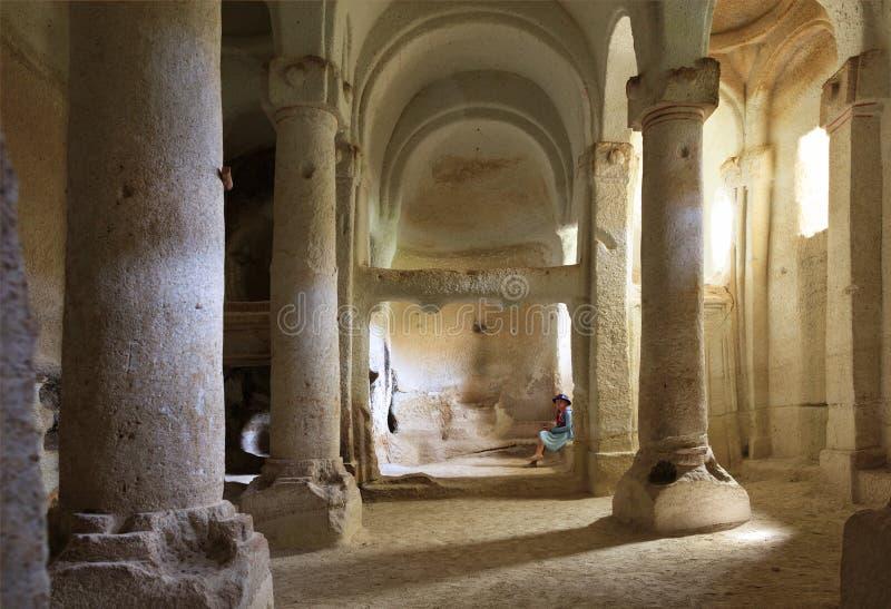 Inre av kolonnkorridoren av den gamla underjordiska kyrkan som snidas in i sandstenen, vaggar royaltyfri foto