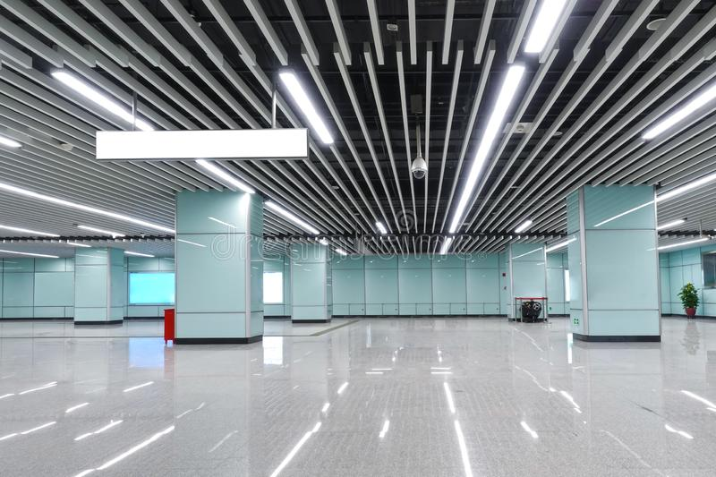 Inre av kommersiell byggnad f?r modern arkitektur ledde belysningsystemet royaltyfria bilder