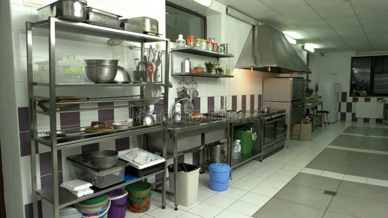 Inre av kommersiellt kök med redskap och anordningar royaltyfria foton