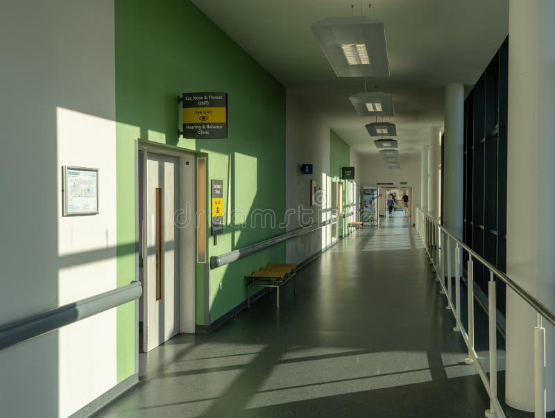Inre av kungliga personen fyller på med bränsle universitetsjukhuset royaltyfria foton