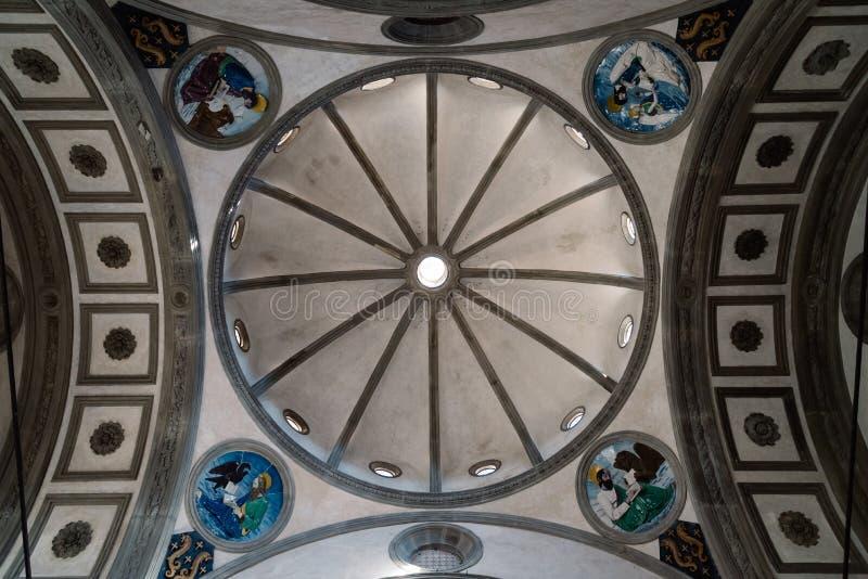 Inre av kupolen av kapellet Pazzi arkivbilder