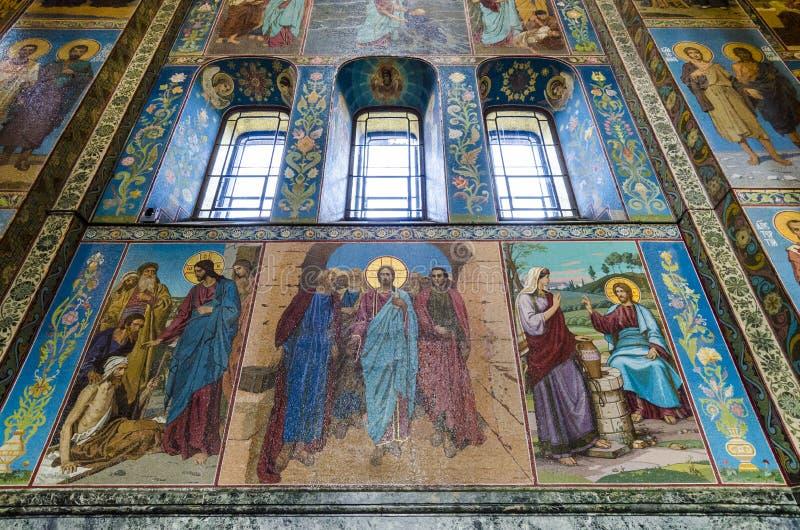 Inre av kyrkan av frälsaren av spillt blod i St-husdjur arkivfoto