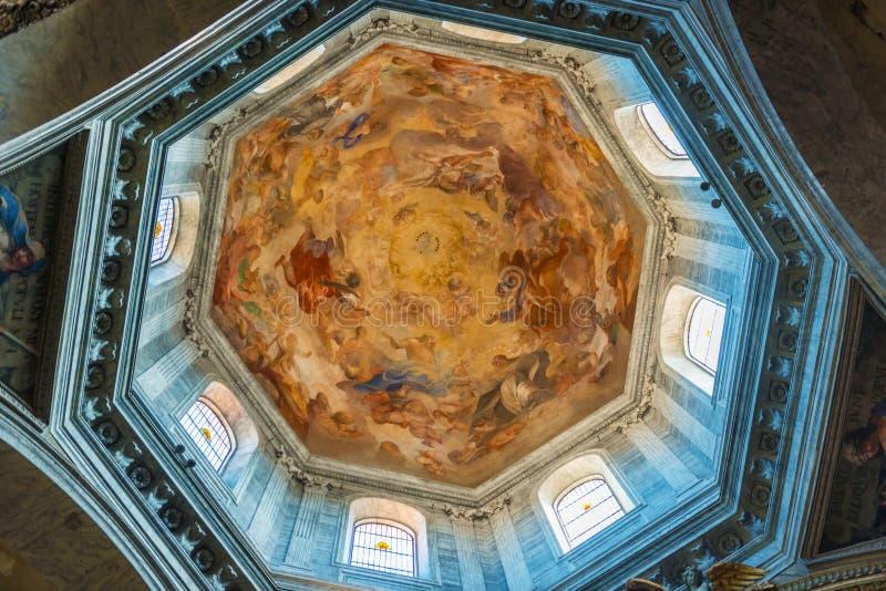 Inre av kyrkan av Santa Maria del Popolo royaltyfria foton