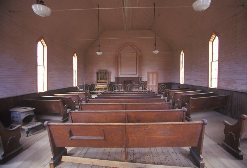 Inre av kyrkan i Bodie, Kalifornien, spökstad royaltyfria bilder