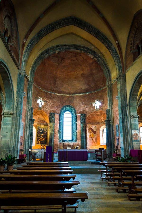 Inre av kyrkan av Sacra di San Michele royaltyfria bilder