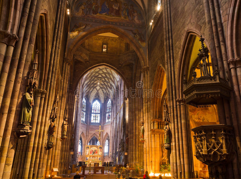 Inre av kyrkliga Freiburg Muenster, Tyskland royaltyfri fotografi