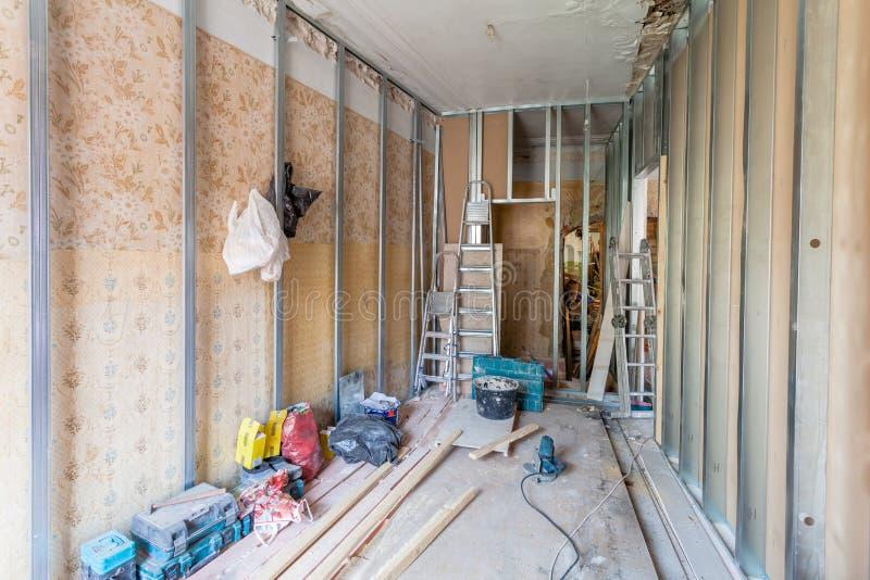 Inre av lägenheten med material under på renoveringen och konstruktionen royaltyfria bilder