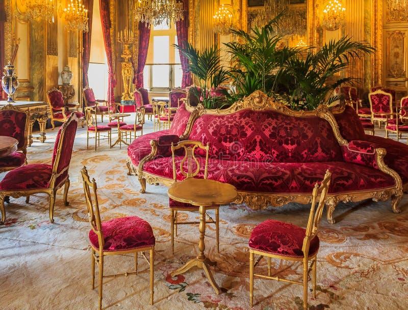 Inre av lägenheterna av Napoleon III i Louvremuseum, i Paris, Frankrike med lyxiga barocka inredningar och att bedöva arkivbilder