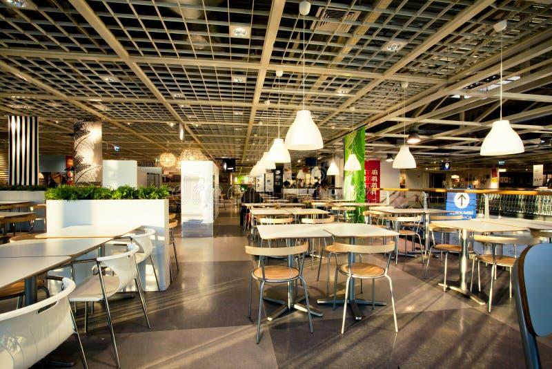 Inre av matsalen i kafé av det enorma IKEA lagret royaltyfria bilder