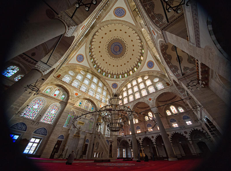 Inre av Mihrimah Sultan Mosque i Istanbul arkivfoton