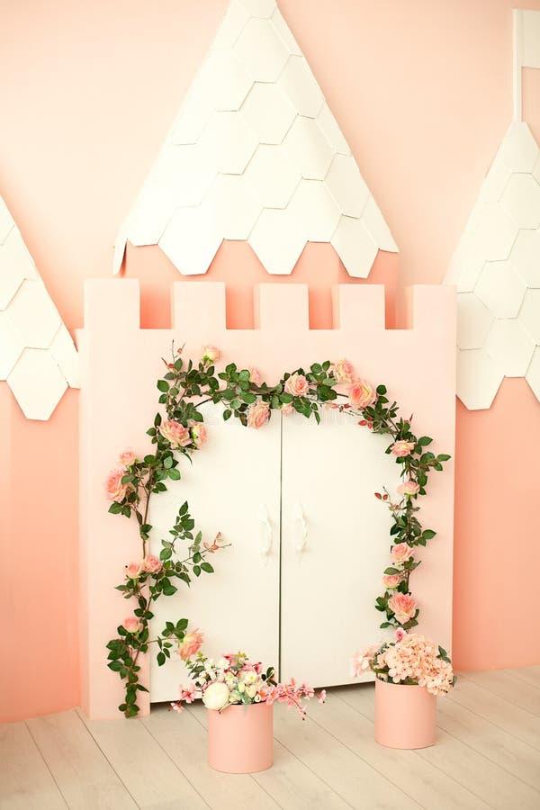 Inre av moderna barns rum För prinsessarum för rosa färger liten inre Dagis barns lekrum Modigt rum med a royaltyfri fotografi