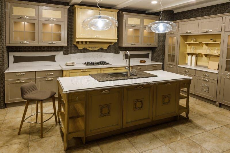 Inre av modernt kök med beigea kabinetter fotografering för bildbyråer