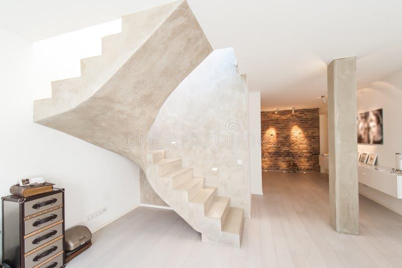 Inre av modernt rum med pelaren och trappa royaltyfria bilder