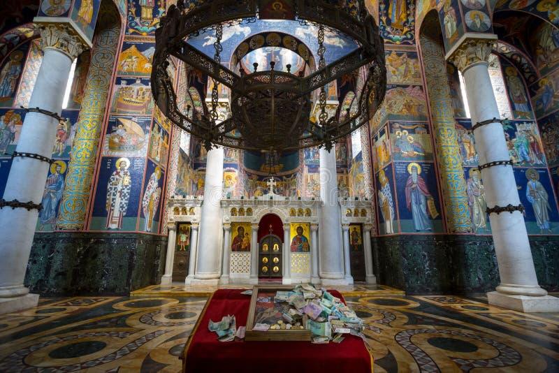 Inre av Oplenac den kungliga mausoleet, den ortodoxa kyrkan som är värd restna av de jugoslaviska konungarna av Karadjordjevic dy arkivbilder