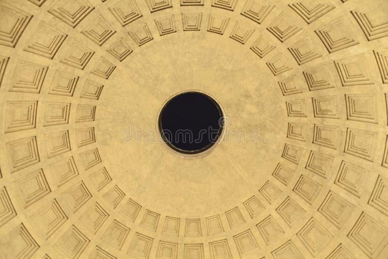 Inre av panteonkupolen i den Rome staden arkivbild