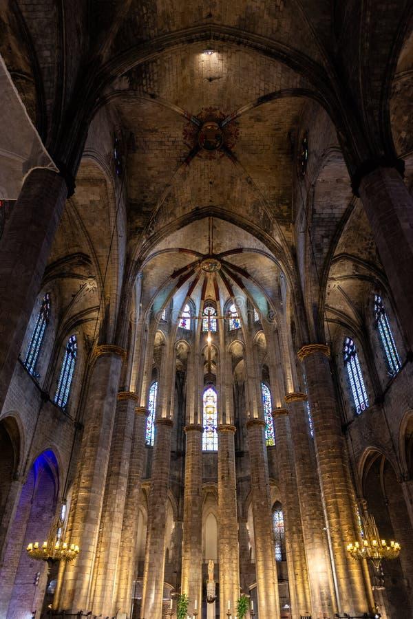 Inre av Santa Maria del Mar Basilica i typisk Catalan gotisk stil med höga kolonner Detalj av den lightful absid, arkivfoto