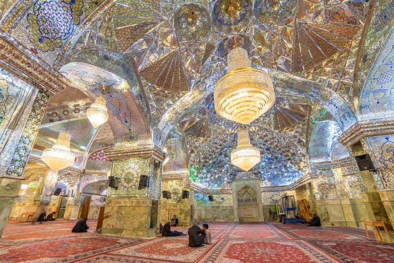 Inre av schah-e-Cheraghrelikskrin och mausoleet (spegelmoské) i Shiraz, Iran royaltyfri fotografi