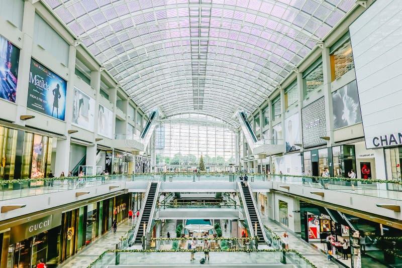 Inre av shoppar på Marina Bay Sands Mall Marina Bay Sands är en av störst lyxiga shoppinggallerior för Singapore ` s royaltyfria bilder