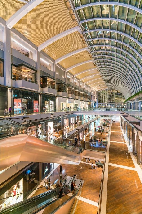 Inre av shoppar på Marina Bay Sands Mall royaltyfri foto