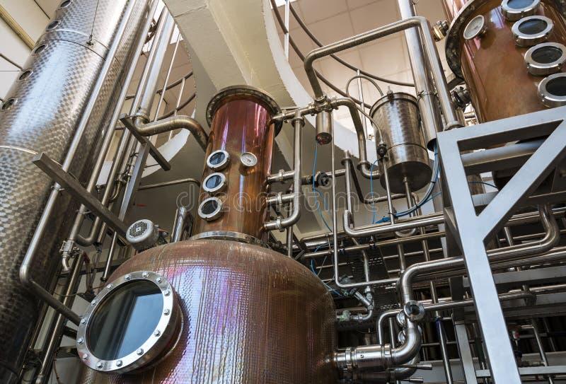 Inre av spritfabriken för tillverkning av vodka och gin royaltyfri bild