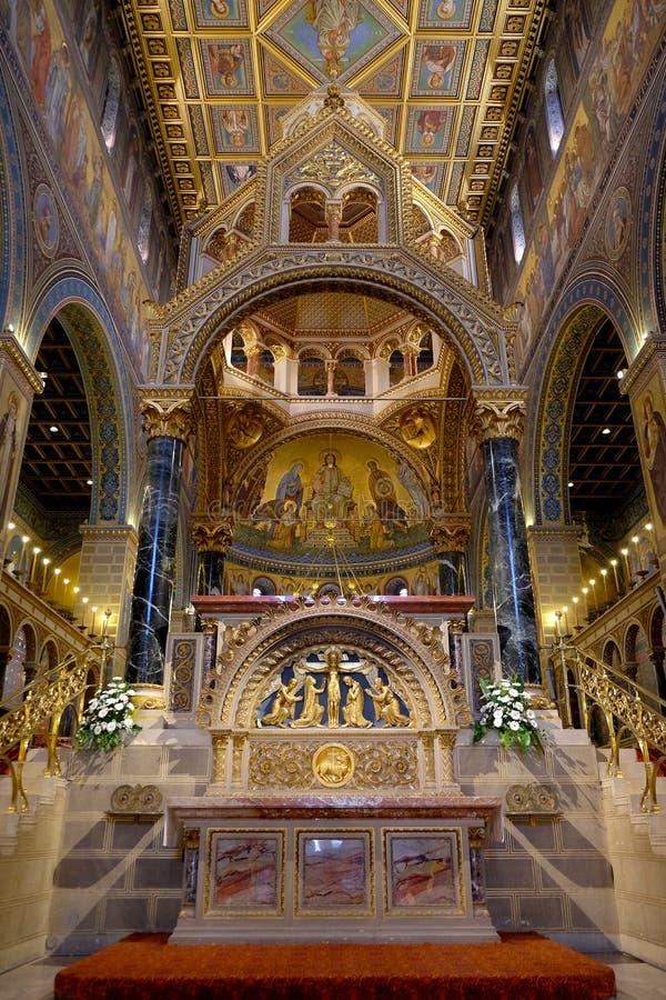 Inre av St Peter och St Paul Basilica i den Pecs Ungern arkivbilder