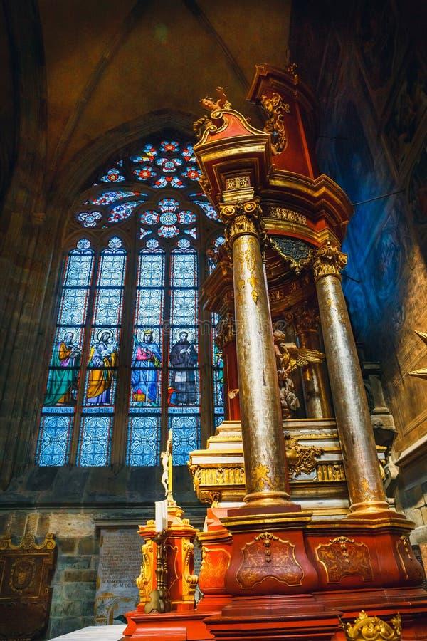 Inre av St Vitus Cathedral på den Prague slotten, Tjeckien royaltyfria foton