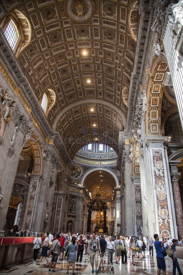 Inre av Sten Peters Basilica i Rome arkivfoto