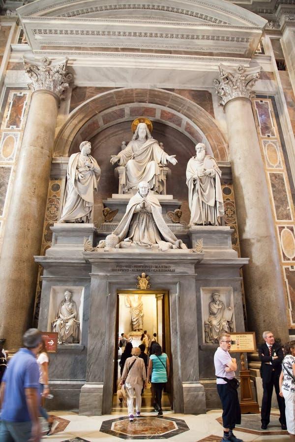 Inre av Sten Peters Basilica i Rome arkivfoton
