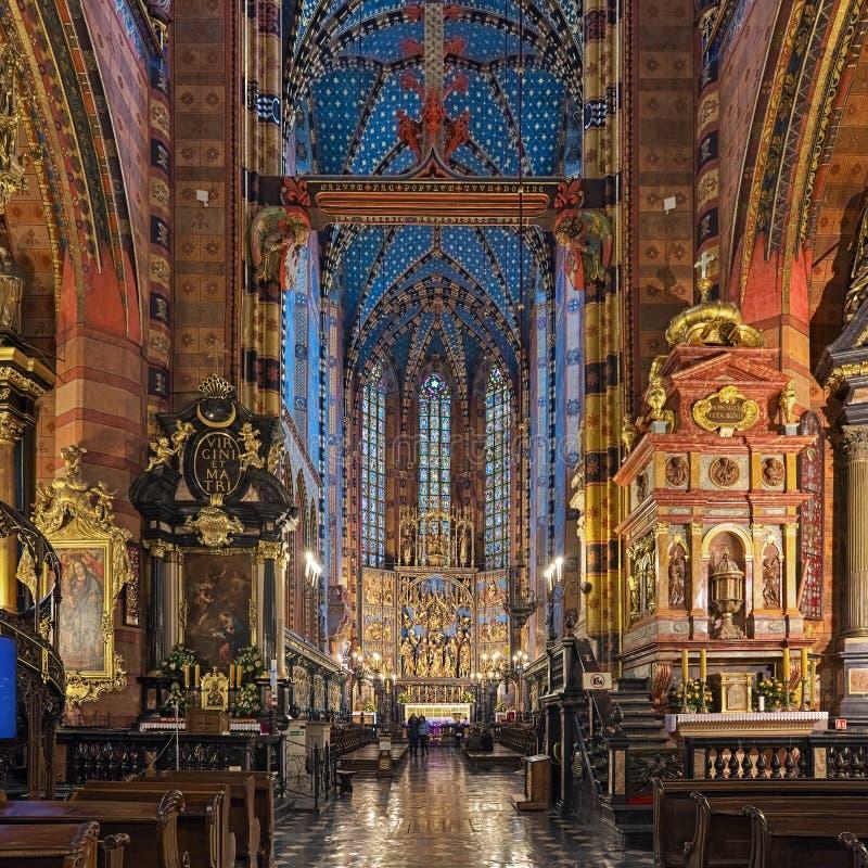 Inre av Sts Mary basilika i Krakow, Polen royaltyfri fotografi