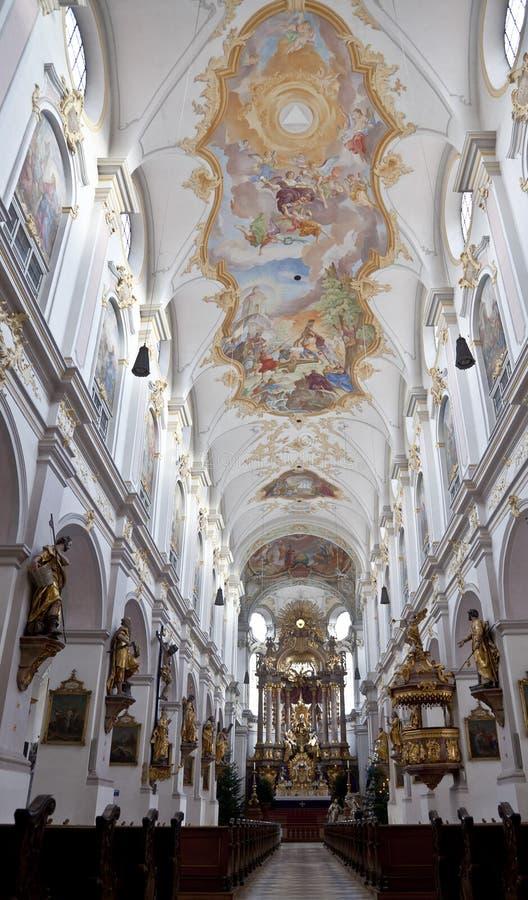 Inre av Sts Peter domkyrka i Munich arkivbilder