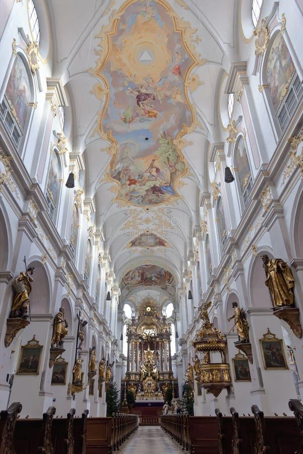 Inre av Sts Peter domkyrka i Munich, Bavari, arkivfoto