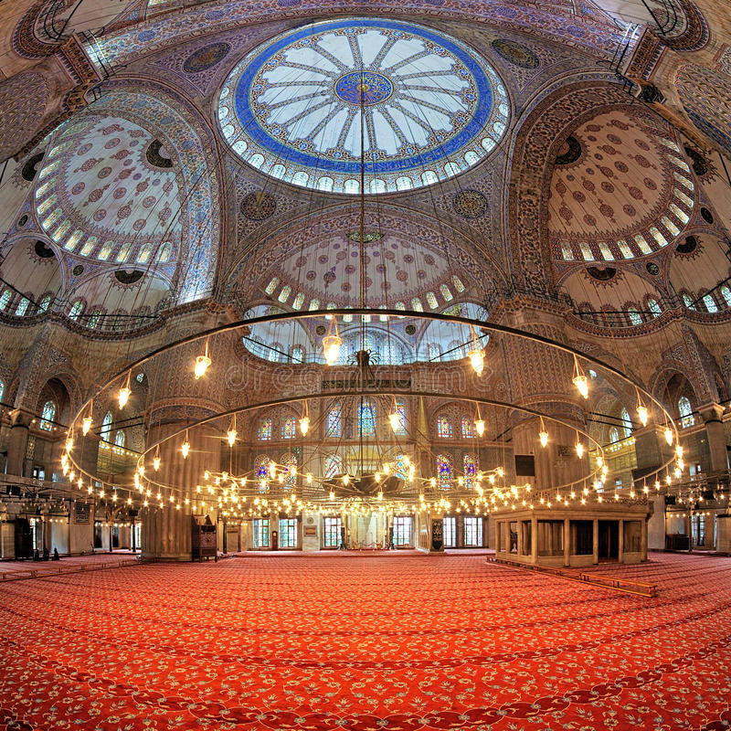 Inre av Sultan Ahmed Mosque i Istanbul, Turkiet royaltyfria foton