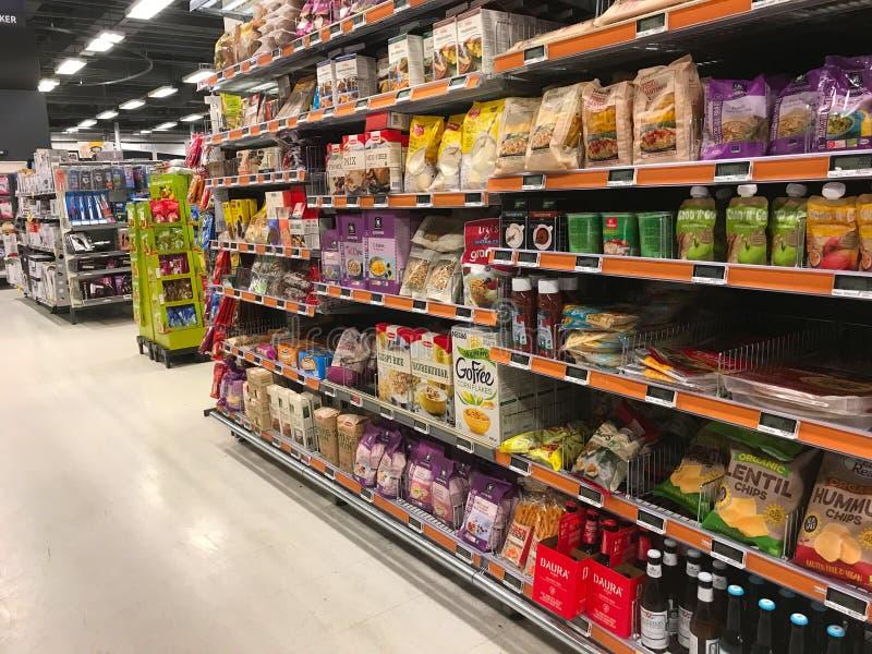 Inre av supermarketservicebutiken fyllde med gods på hyllor royaltyfria foton