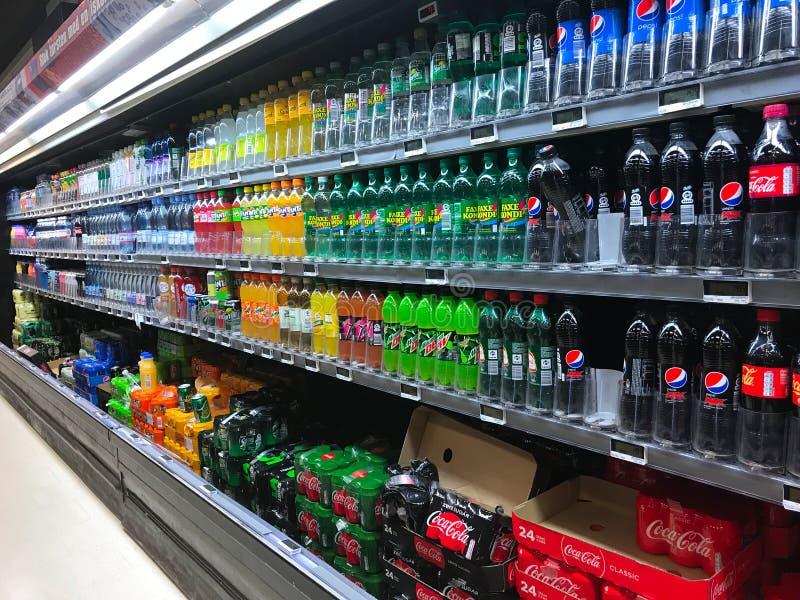 Inre av supermarketservicebutiken fyllde med gods på hyllor arkivfoto
