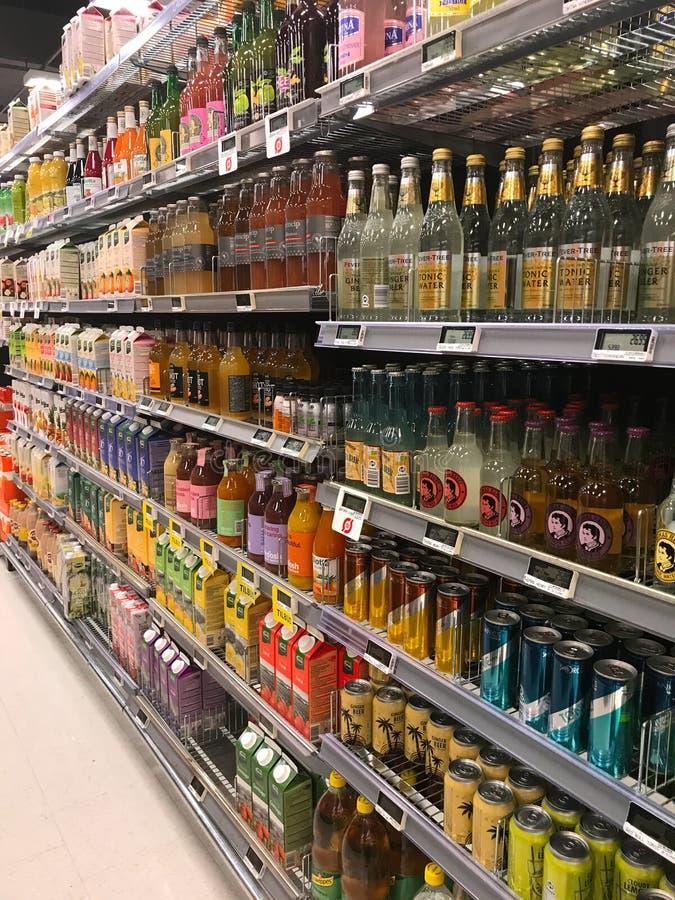 Inre av supermarketservicebutiken fyllde med gods på hyllor royaltyfri fotografi