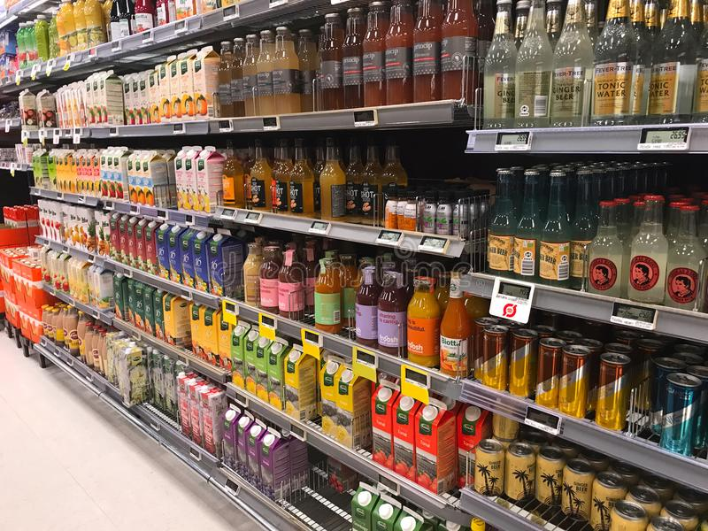 Inre av supermarketservicebutiken fyllde med gods på hyllor arkivbilder