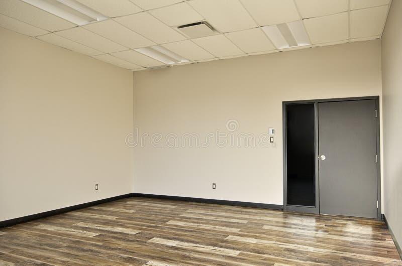 Inre av tomt kontorsrum, trägolv royaltyfria bilder