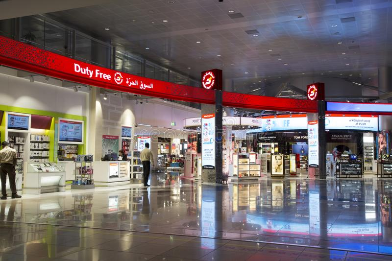 Inre av tullfritt shoppar av den Dubai International flygplatsen royaltyfri foto