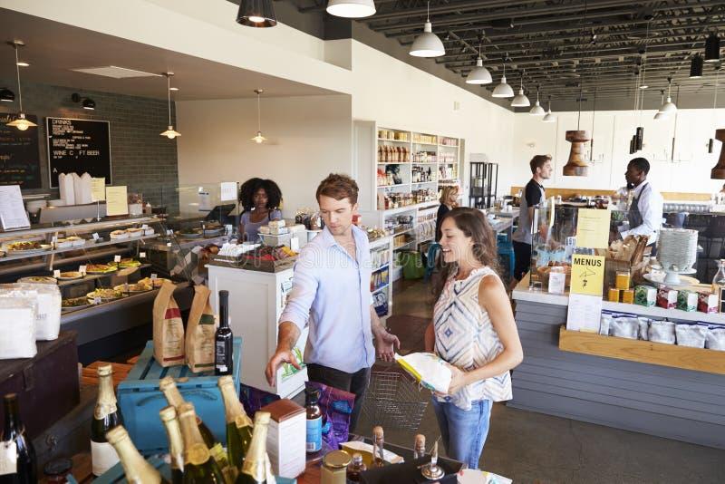 Inre av upptagen matvaruaffär med kunder fotografering för bildbyråer